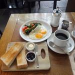 IVY PLACE - ケールのソテーと目玉焼き(1,200円)、ホールウィートブレッドトースト(400円)、ホットコーヒー(300円)