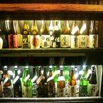 翁屋 - 店先の空き瓶のディスプレー