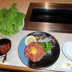 焼肉ジュージュー - ユッケ サンチュ 辛味噌