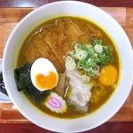 キッチンひろ - スパイシーカツラーメン+生卵