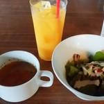 リグノーサカフェ - オレンジ、サラダ、コンソメスープ