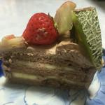 シュクルボワ - 生チョコデコレーションケーキの中には、バナナが。