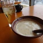 54807648 - とろろ付!(写真は2人分)                       サービスで冷たいお茶がもらえるのも嬉しい。