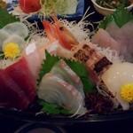 魚市場食堂 - 夜のお刺身定食 1620円(税込)  今日は鯛、鮪赤身、間八、生蛸、甘海老、イサキ、むつの炙り、鰹、烏賊の9種類。