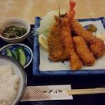 魚市場食堂 - 夜のミックスフライ定食 1400円(税込)  海老、鯵、烏賊、ホタテ、そして今日は鰯の5種類。