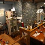 レトロ新橋系 餃子家 - カウンターと、大きなテーブル席があります