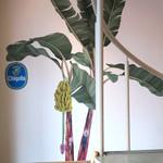 LIL'RIRE CAFE - 壁に描かれたバナナの木