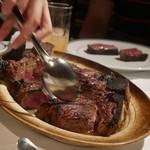ウルフギャング・ステーキハウス - 取り分けて頂きました。肉汁絡めてくれています。
