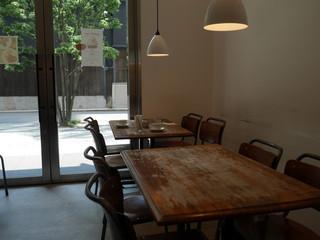 エルマーズグリーンカフェ - 木製のテーブル。
