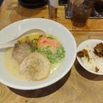 Hakataippuudou - 白丸元味(紅しょうが、ゴマ、コショー)、ごはん(辛子高菜)