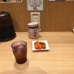 麺屋 和人 天王寺北口本店 - カウンター席(様々な工夫が!黒ウーロン茶無料・キムチポット無料)