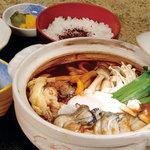めん処 銀 - 牡蠣の味噌鍋定食。牡蠣がいい出汁になって、味噌がすっごく美味しい!