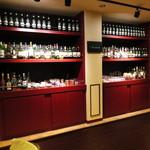 バー アンダンテ - たくさん並んだ酒