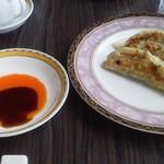 54829413 - 8月14日昼 餃子に小皿とラー油が来た。高級店は醤油無しか