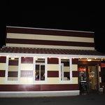 イルキャンティ - 夜の外観はアメリカンなハンバーガーショップみたい