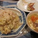 四季 - とても柔らかご飯の炒飯と付いてくるスープ。自家製餃子>食べかけですが美味。