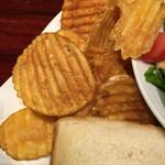 フーターズ - ポテトチップスも ハインツのトマトケチャップをかけるとイイ