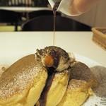 幸せのパンケーキ - ほうじ茶のティラミスパンケーキ黒蜜添え