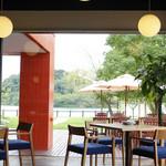 水辺のホテル 小さな白い花 - 全面ガラス張りのレストランは、食事をしながら景色も楽しめる。