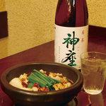 なんば よっちょれ 庄屋はん - 塩こってりのモツに 後味スッキリの キレのある焼酎 牛モツ煮込みの団子汁(580円) 神座 芋( 500円)