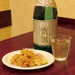 なんば よっちょれ 庄屋はん - 香味料のきいた 唐揚げには パンチの効いた島焼酎 中津のとり唐( 250円) 青酎 麦・芋( 700円)