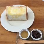 54840735 - 分厚いバタートースト                       小倉あんと蜂蜜もついています