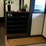 蕎麦処鏑屋響 - 暖簾を潜ると下足箱