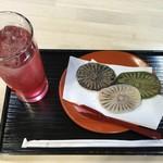 和田の屋 - 滝の焼餅(3個)とやまももジュース 740円(税込)