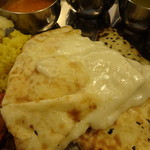 ASIAN KITCHEN KATHMANDU - チーズナンはテーブルへ。とろーり熱々で美味し♪