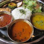 54860853 - カリーランチセット                       左からキーマカレー、マグロカレー、豆スープ                       お米はインディカ米(長粒種)