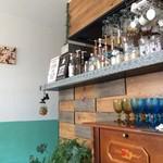 カフェ デ アゲンダ - ③ カウンターと客席を仕切るボードとボトル達