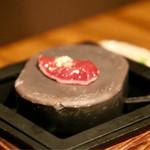 飛騨牛専門 華家 - 生レバーは高温のセラミック石で軽く焼きます(一応)