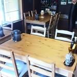 ミートダイニングゴッサム - 奥のテーブル席。