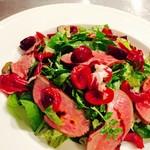 フランス食堂 ビストロ ラポムドパン - 鴨の燻製と季節のフルーツのサラダ