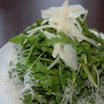カフェ ピッツェリア ヴィオレット - ルッコラとパルミジャーノチーズのサラダ\950