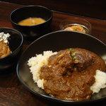 カレバカ世紀 - Cセット角煮カレー、サラダ、スープ(ミネストローネ)、日替わりトッピングタンドリーチキン