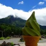 山頂しらね - 料理写真:白根山をバックに抹茶ソフト