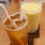 クラムカフェ - キラキラ瞳のラズベリー(ティーソーダ)とミックスジュース。『キラキラ〜』は茶葉の名前らしい。