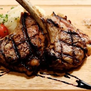 肉とイタリア産ワインをご堪能あれ。おすすめはTボーンステーキ