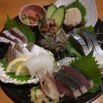 54883893 - お刺身盛合せ(鰤、カマス、赤イカ、鰹、〆鯖、栄螺)3000円