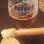 イザヴィーノ - 生ビール@550円 お通しの蜂蜜クリームチーズ&グリッシーニ