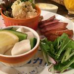イザヴィーノ - 本日の3種盛りプレート@900円  数種類の中から3種選べます。合鴨ロースト、ポテトサラダ、カブとレモンの浅漬け選択しました