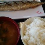 半田屋 - 料理写真:さんま定食作成