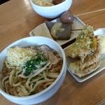 讃岐うどん いそや - 料理写真:「肉うどん (温) 小 (500円)」、天ぷらにおでんも頼みました♪