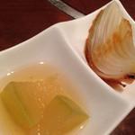 大阪産(もん)料理 空 - お通し(玉ねぎステーキ)