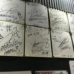 麺家 黒 - サインがいっぱい