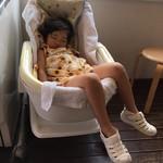 みるく畑 - 店内で眠ってしまった娘、設置されたベビーシートに(笑)