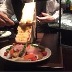 セバスチャンダイニング - おっきなラクレットチーズがとろ〜り!