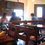 デュボワ - 店内様子・教会で使用していた机や椅子などあり、落ち着く空間です。