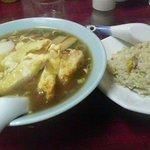 桂林飯店 - 排骨麺と半炒飯のセット全景